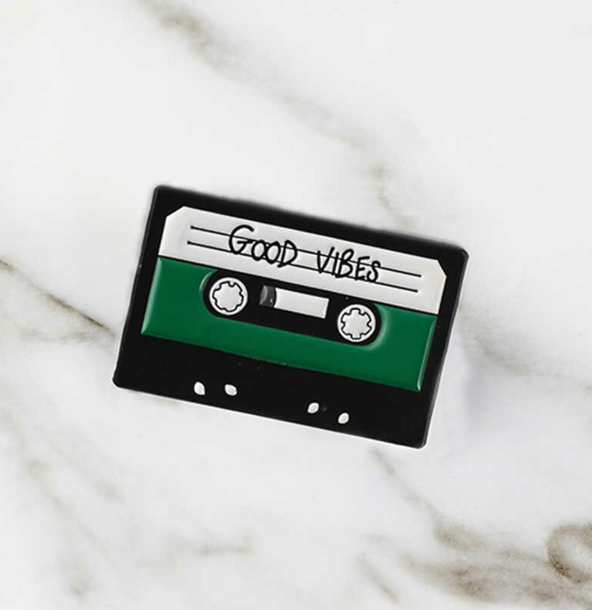 Good Vibes Cassette Bandje Emaille Pin